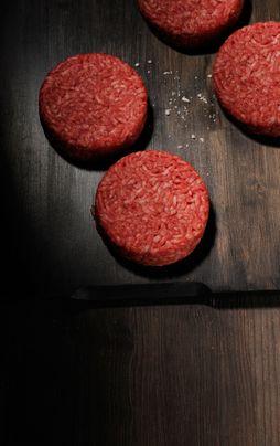 Viande hachée, saucisses et brochettes